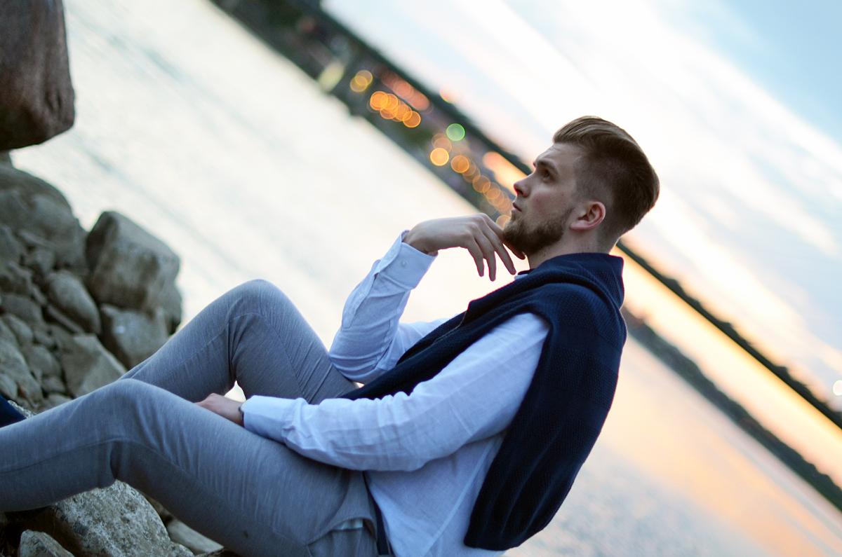 granatowy sweter biała koszula