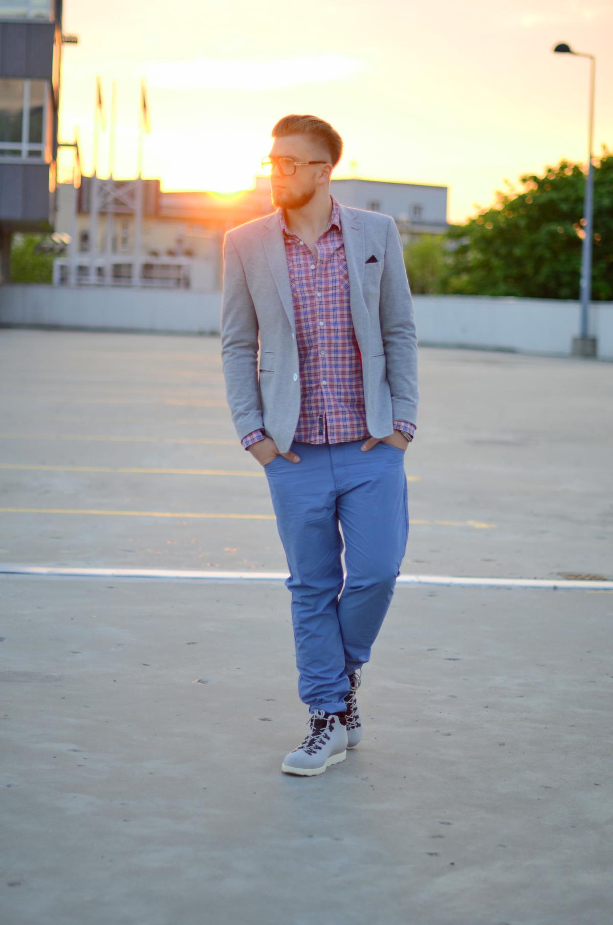 niebieskie spodnie szara marynarka