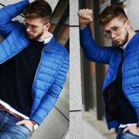 niebieska wiosenna kurtka i dziurawe jeansy