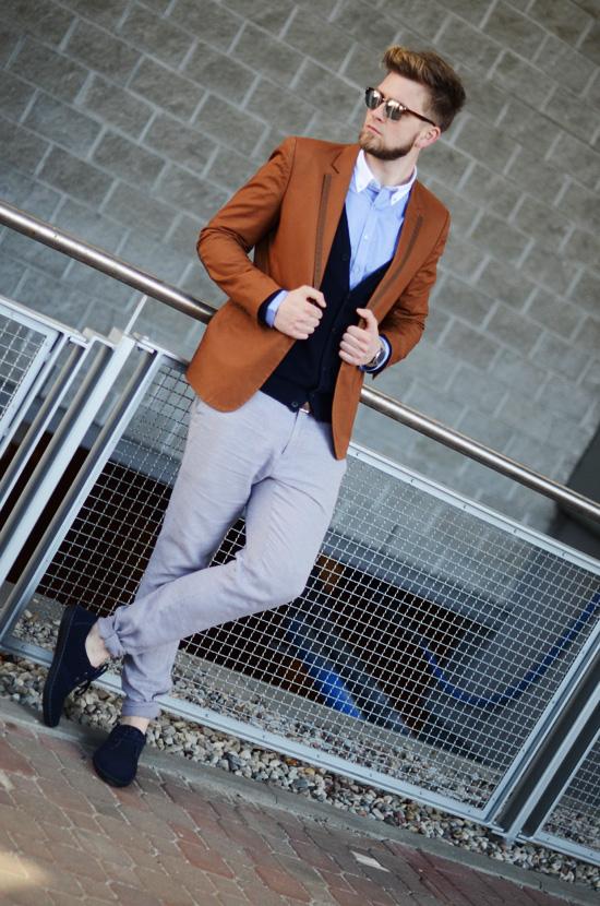 lniane meskie spodnie i brazowa marynarka