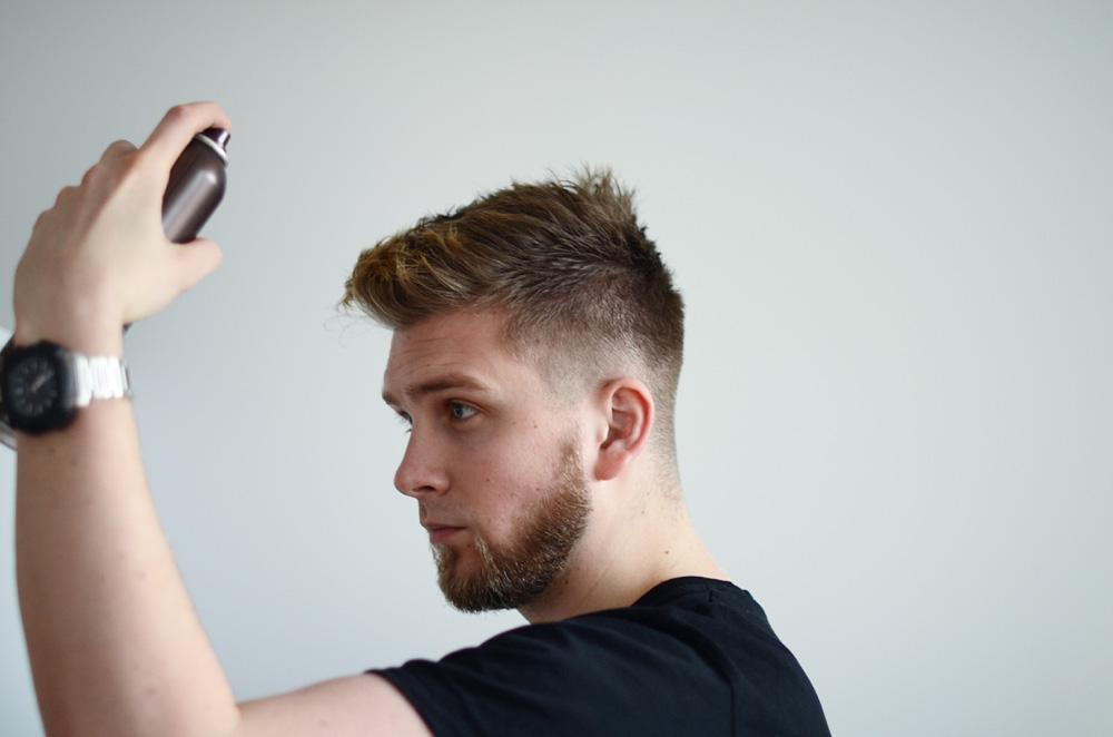 meskie fryzury ukladanie lakierem