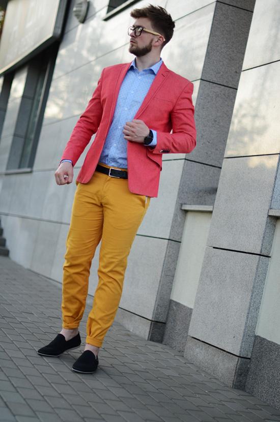 zolte spodnie czerwona marynarka