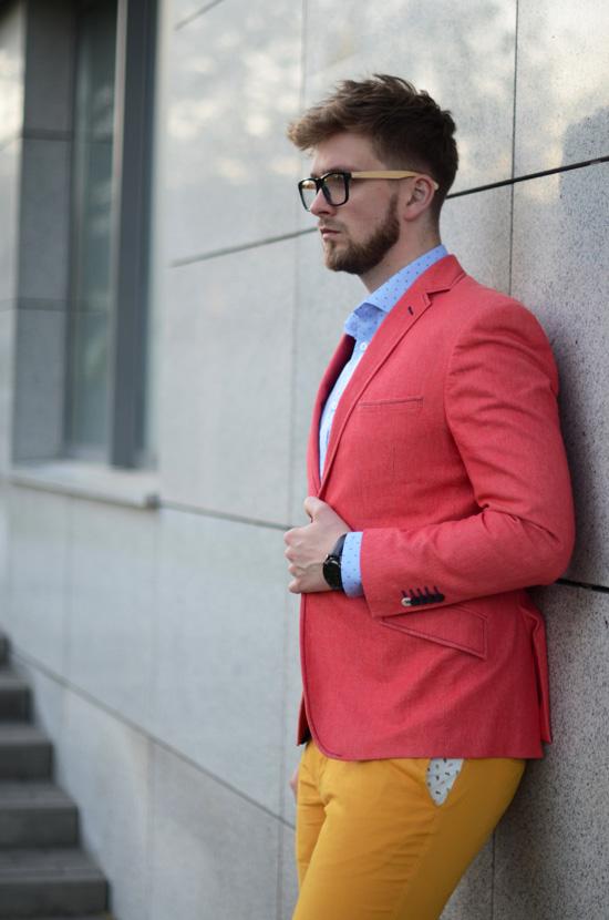 zolte spodnie i rozowa czerwona marynarka