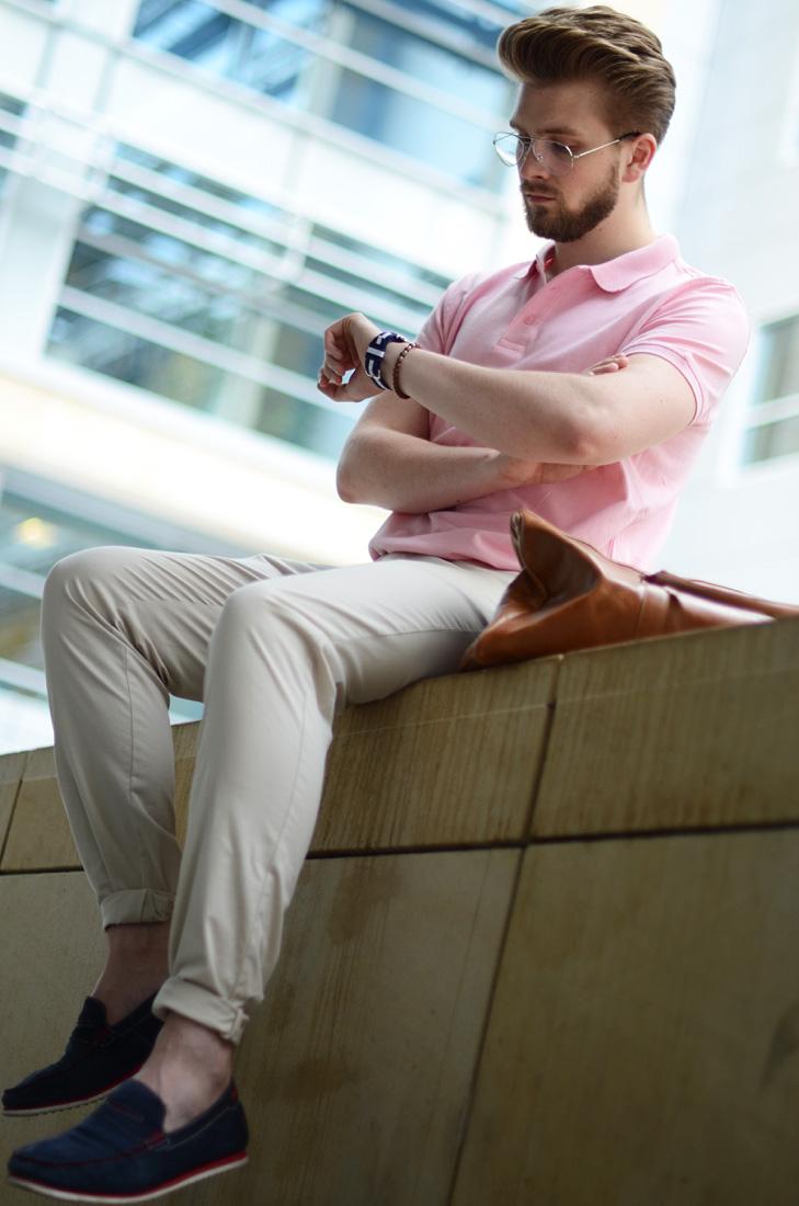 meska koszulka polo rozowa stylizacja