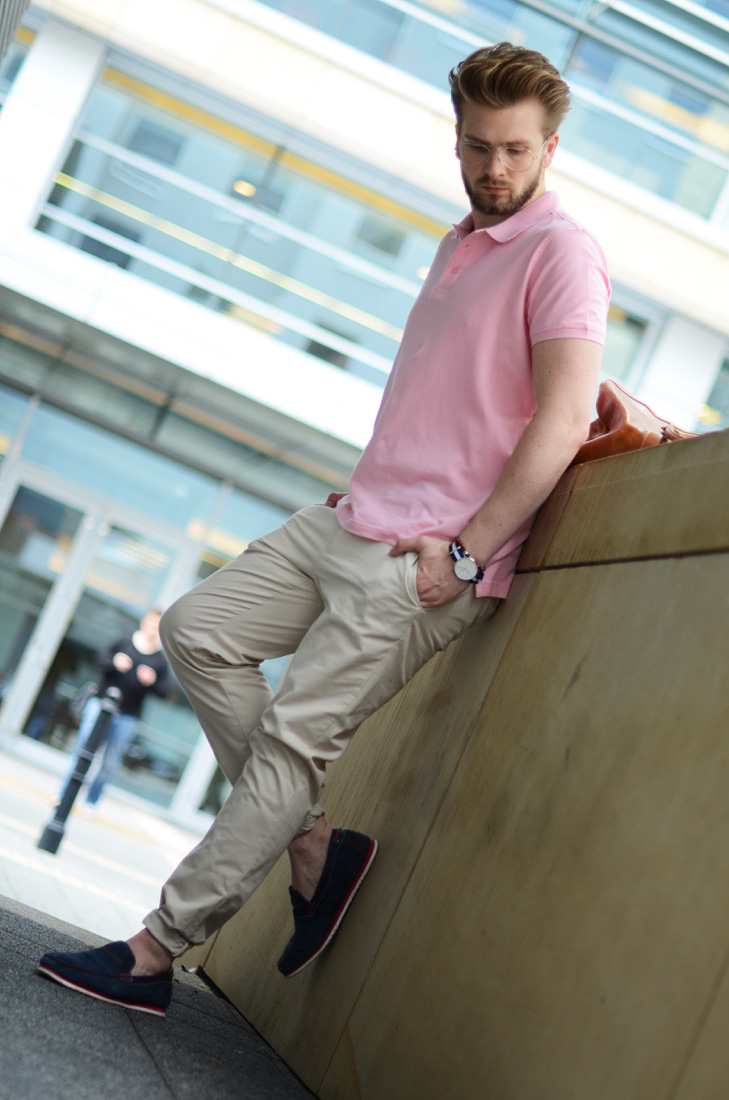 rozowa koszulka meska jak nosic
