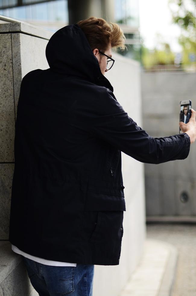 czarna kurtka przeciwdeszczowa jesien