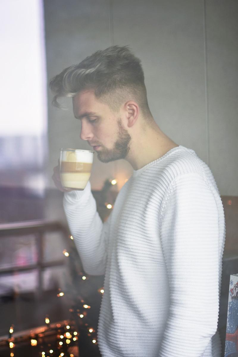 barista-kawa-latte-domowy
