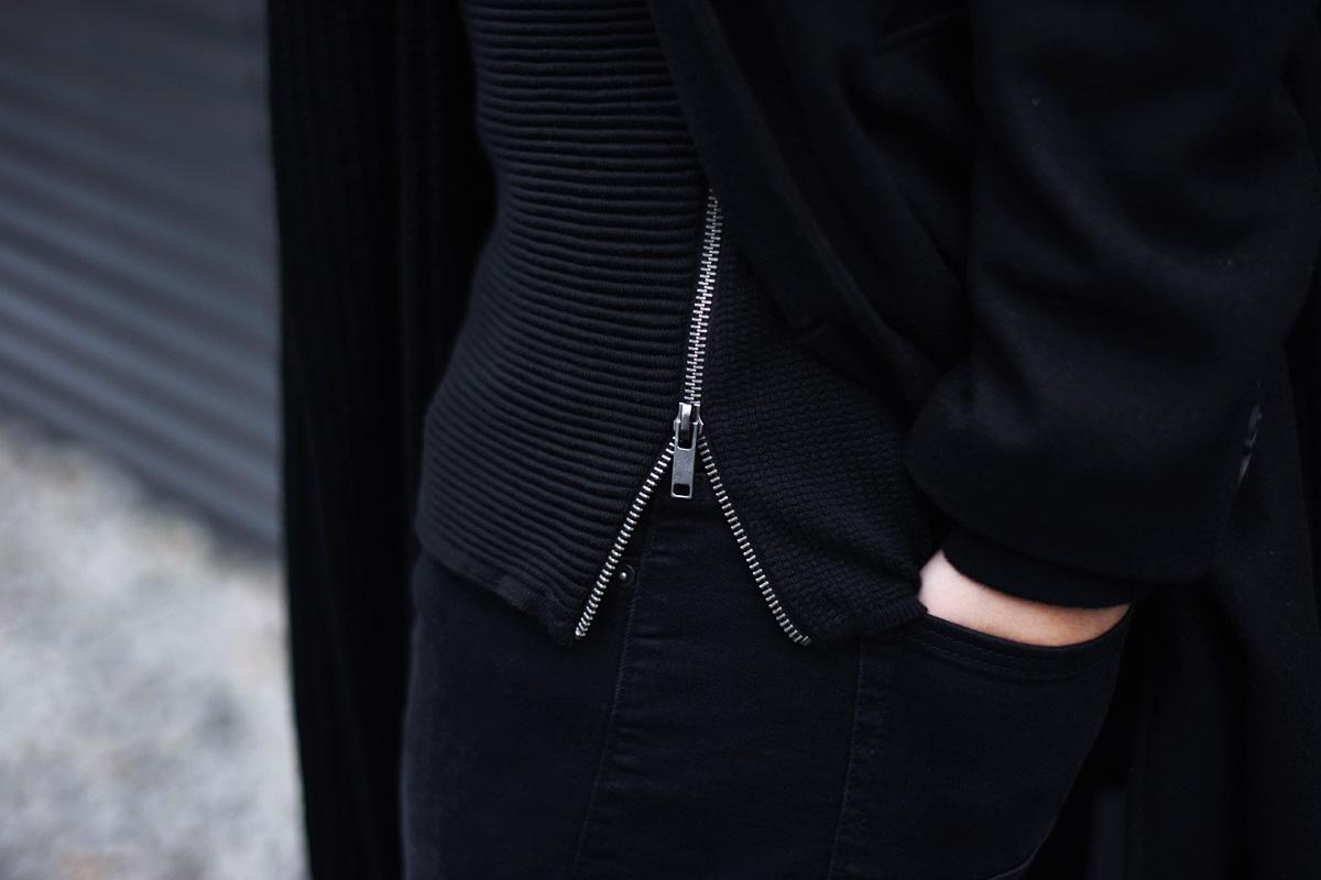 czarny-sweter-z-zamkniem-meski