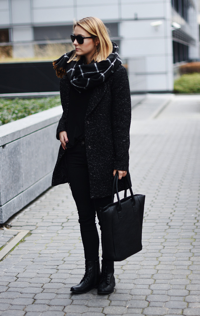 woman-black-outfit-style