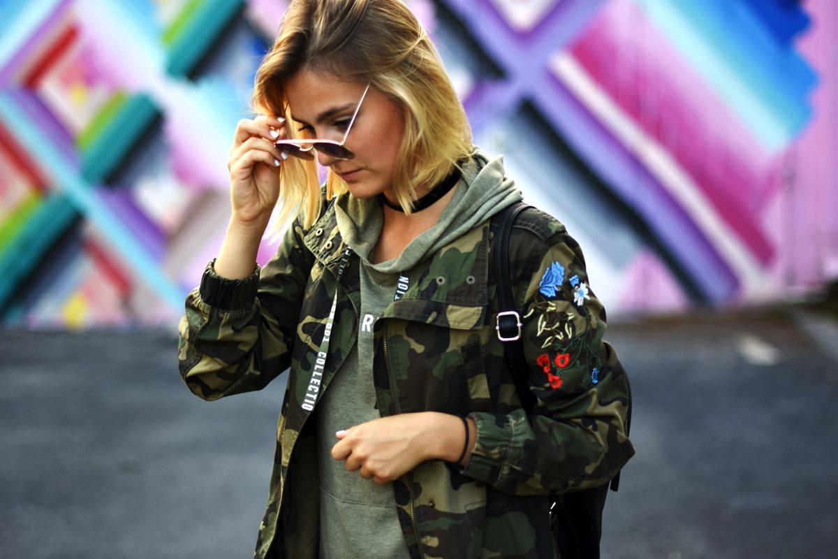 damska stylizacja z kurtka moro c&a