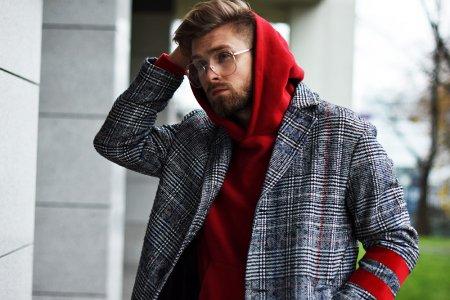 Nietuzinkowy płaszcz z łatami w kratę
