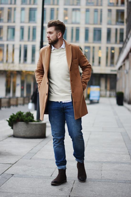 bezowy meski plaszcz camel coat i sztyblety