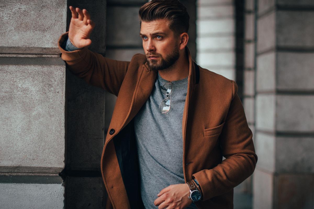 Brązowy męski płaszcz na jesień