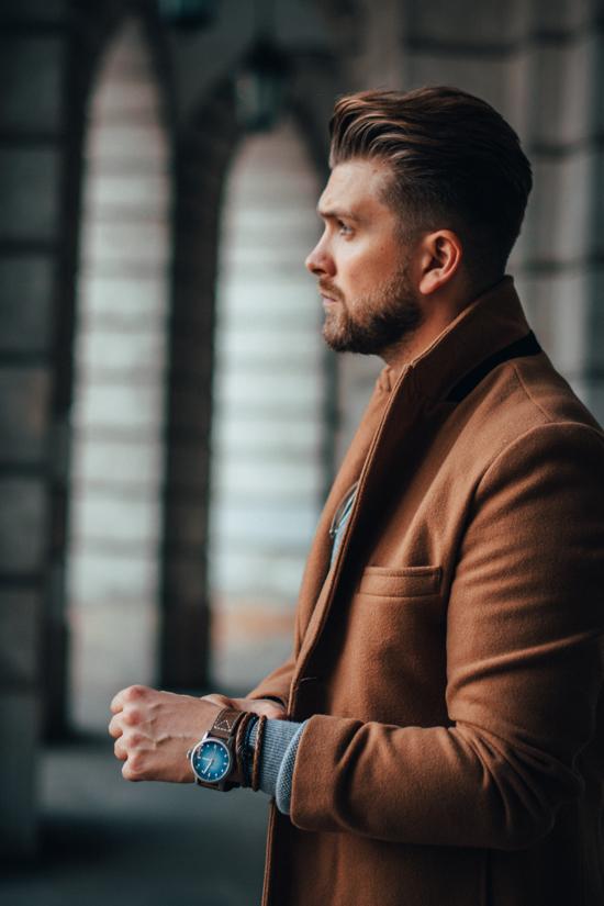 477fa410709a6 Brązowy męski płaszcz na jesień / zimę. Stylizacje dla facetów
